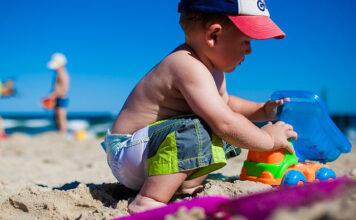 Jakimi zabawkami małe dzieci najchętniej bawią się na plaży
